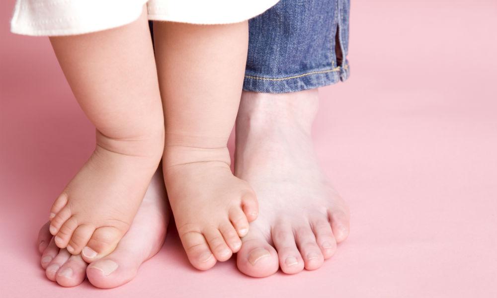 ママ必見!前抱き抱っこの弊害!? あなたのお子さんの足は正しく成長できていますか?