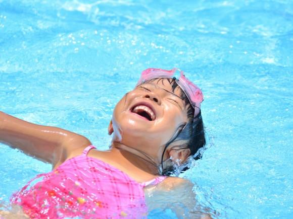 子どもの水嫌いを克服させる4つのコツ&親子で知っておきたい着衣泳とは?